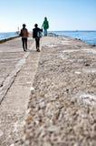 Прогулка семьи на пристани Darlowo стоковые фотографии rf