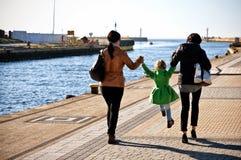 Прогулка семьи на пристани Darlowo стоковое изображение