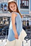 Прогулка стороны младенца маленькой девочки милая и милая на солнце улицы Стоковое Фото
