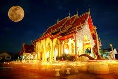 Прогулка с освещенными свечами вокруг Стоковое Изображение