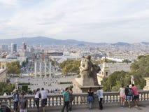 Прогулка туристов и делает selfie Montjuïc Стоковая Фотография