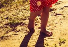 Прогулка щипков детей на теплом песке Стиль Instagram Стоковое фото RF