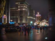 Прогулка людей вдоль рождества украсила взгляд улицы Tverskaya гостиницы Москвы Стоковые Фотографии RF