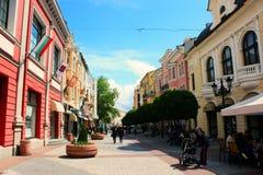 Прогулка людей на пешеходной улице Стоковая Фотография