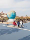 Прогулка людей около фонтана стоковое изображение rf