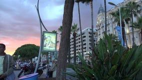 Прогулка Croisette в Канн на заходе солнца около Carlton, роскошной гостиницы, ультра hd 4k, реального времени видеоматериал