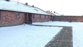 Прогулка POV к казарме Освенцима Birkenau в зиме Бывшие немецкие нацистские концентрация и лагерь смерти зажим 4k акции видеоматериалы