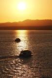 Прогулки на яхте во время захода солнца над морем и Mounties Стоковая Фотография