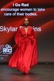 Прогулки Skylar Diggins взлётно-посадочная дорожка на американской ассоциации сердца идут красный цвет на собрание 2016 платья же Стоковые Фото