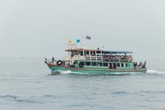 Прогулочное судно с пассажирами бортовыми под флагом Таиланда плавает Стоковое Фото