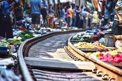 Продавать еду на рынке Maeklong железнодорожном в Таиланде стоковые фото