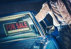 Продавать знак автомобиля стоковые изображения rf