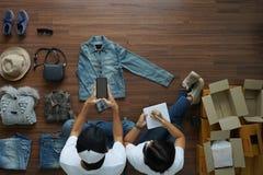 Продавать онлайн предпринимателя мелкого бизнеса концепции идей стоковые изображения