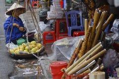 Продавать приносить в улице стоковая фотография rf