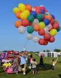Продавец воздушного шара на горячем фестивале воздушного шара