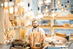 Продавец в магазине хлеба стоковые фотографии rf