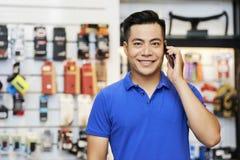 Продавец говоря по телефону стоковое фото rf