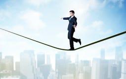 Продавец идя на веревочку над городом Стоковое Изображение
