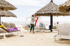 Продавец одежд в песчаном пляже в Nam Tien, Вьетнаме стоковая фотография rf