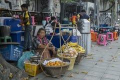 Продавец плодоовощ в Бангкоке стоковые фотографии rf