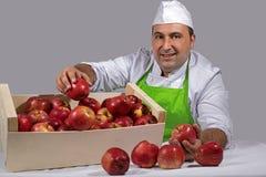 Продавец плодоовощ с яблоками красного цвета коробки o Стоковое Изображение RF
