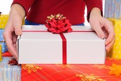 Продавец предлагая подарок Стоковое фото RF