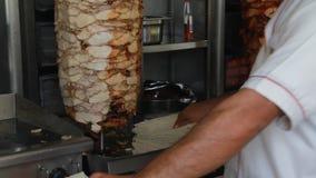 Продавец стойла еды подготавливая Shawarma сток-видео