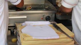 Продавец стойла еды подготавливая Shawarma акции видеоматериалы