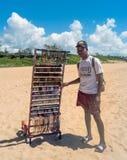 Продавец сувенира на пляже в Мозамбике стоковое изображение