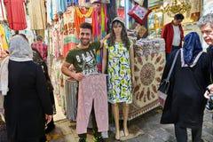Продавец ткани обнимает с женским манекеном, Тегераном, I Стоковые Изображения RF