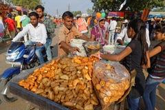 Продавец хлеба в середине улицы в Pushkar Стоковое фото RF