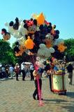 продавец disneyland воздушного шара стоковое изображение