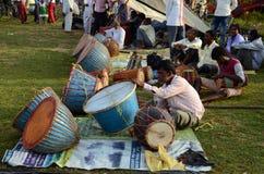 Продавец Tam-Tam на племенной ярмарке стоковые изображения
