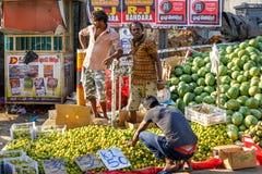 Продавцы фруктов и овощей расположены на тротуаре стоковое фото rf