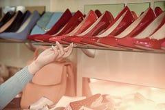 Продажа ботинок рука клиента с витриной покупок с женской обувью Стоковое Фото