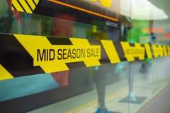 Продажа в середине сезона, надписи о скидках в торговом центре Продвижение скидки продавая концепцию стоковые фото