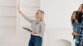 Продажа дома клиентов агента недвижимости новая современная сток-видео