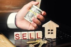 Продажа дома онлайн имущество принципиальной схемы реальное модель дома, ключей, долларов и надписи стоковое фото rf