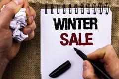 Продажа зимы текста сочинительства слова Концепция дела для предложений сезона скидки магазина предложения продвижения продавает  Стоковые Изображения RF