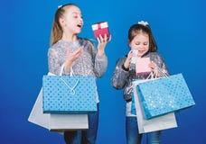 : Продажа и скидка r Пакеты пука детей r Друзья сестер девушек с стоковая фотография