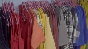 Продажа одежд в магазине акции видеоматериалы