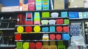 Продажа пластичных табуреток на дисплее в моле Стоковые Изображения RF