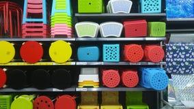 Продажа пластичных табуреток на дисплее в моле Стоковое Изображение