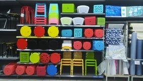 Продажа пластичных табуреток на дисплее в моле Стоковая Фотография RF