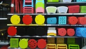 Продажа пластичных табуреток на дисплее в моле Стоковое фото RF