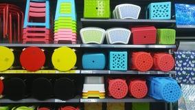 Продажа пластичных табуреток на дисплее в моле Стоковое Фото