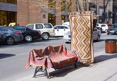 Продажа традиционных армянских ковров на центральной улице в Yerewan, Армении стоковое изображение rf