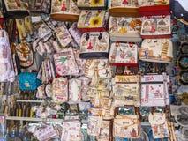 Продажа улицы сувенира в городе Пизы - ПИЗЫ ИТАЛИИ - 13-ое сентября 2017 стоковая фотография