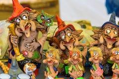 Продажа figurines сувенира ведьм от глины Россия, Suzdal, сентябрь 2017 Стоковое фото RF