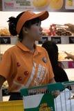 Продажи ассистентские в пекарне с donuts стоковые фотографии rf